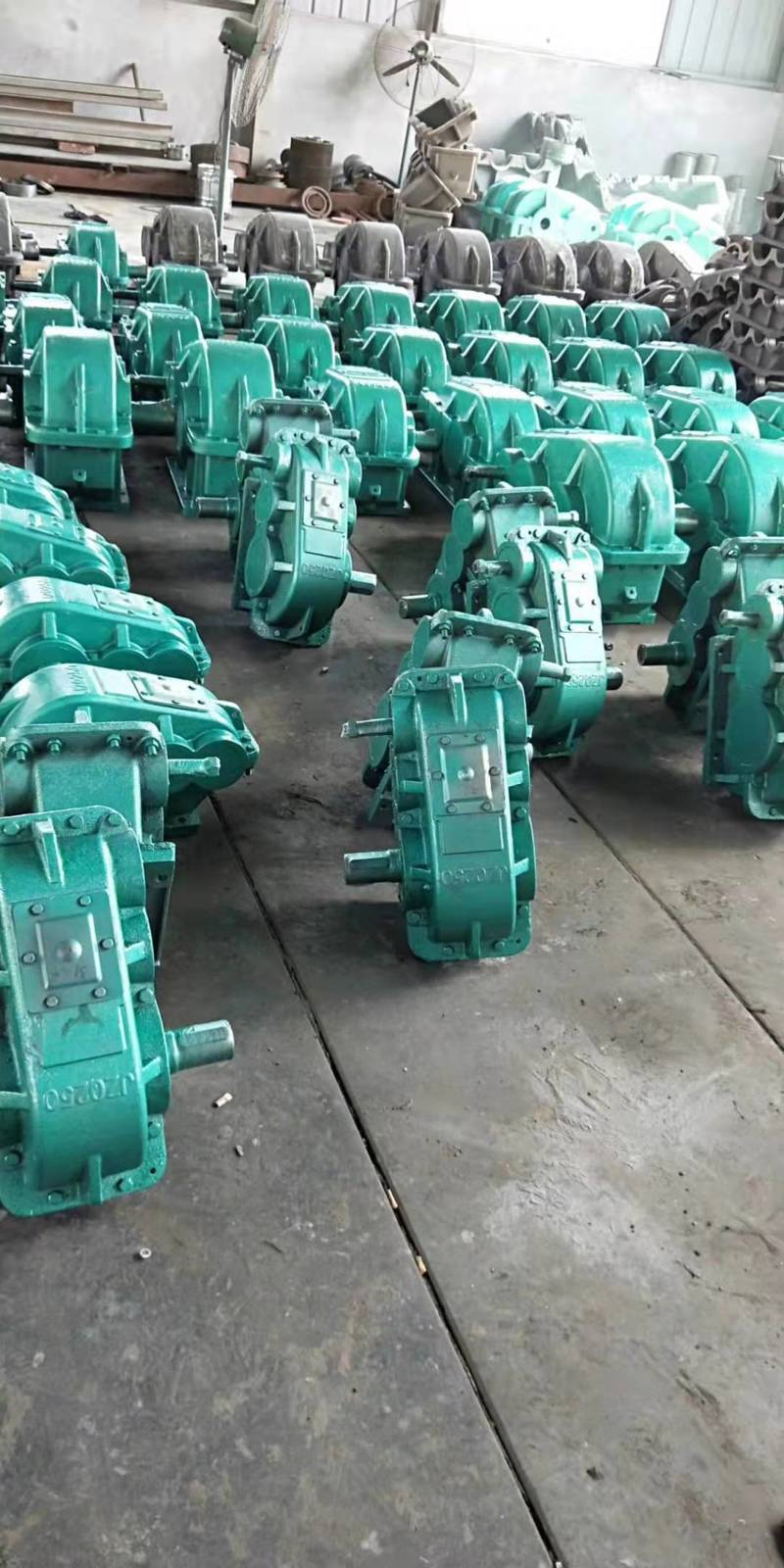 输送机用 ZQ350-40.17-1圆柱齿轮减速机喷漆完成